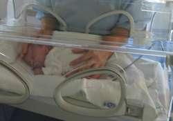 Kisbaba inkubátorban