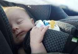 Kisbaba autós hordozóban alszik
